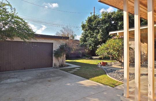 garage-driveway-5440-E-Flagstone-St-Long-Beach-CA-PW20009861