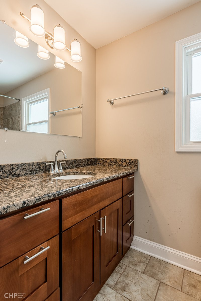 18817 Harding Avenue Flossmoor IL 60422 - 2nd Level Bathroom View 2