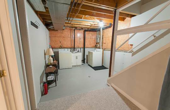 43 Newport Ave Courtice - Laundry Area