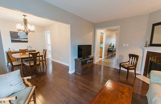 43 Newport Ave Courtice - Living Room