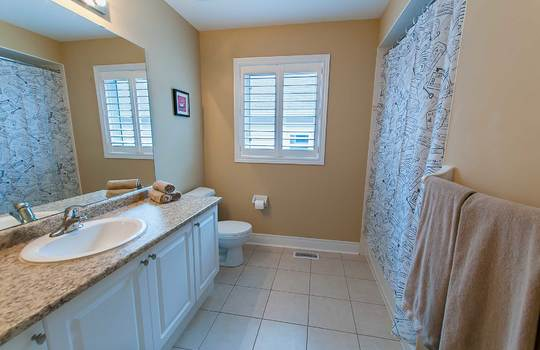 39 Kersey Cres Courtice - Main Bath