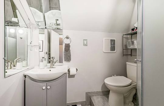 1209 Simcoe St South Oshawa - 2nd Floor Bathroom