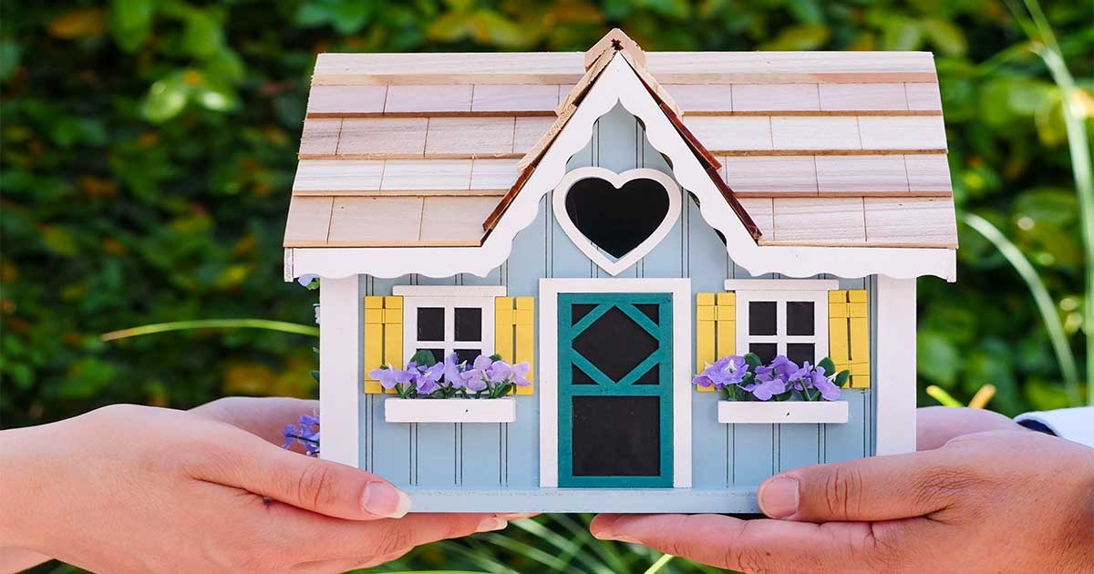 Everything you need to know about home owner's associations and the pros and cons.